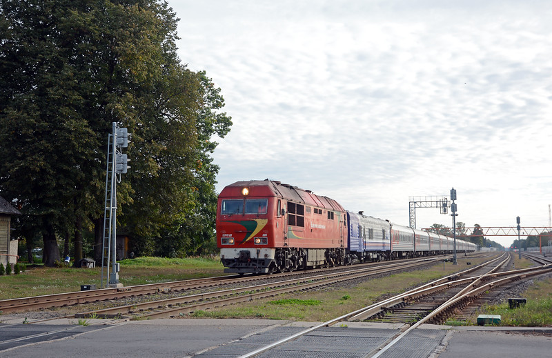 One of the attractions of the east-west mainline through Lithuania are the corridor trains between Kaliningrad and Russia proper. I think this is train 29CH, which left Moscow the previous day at 17:20. It has a Russian postal service mail car immediately behind the LG TEP70. Leaving Vilnius at 07:40 it reaches Kaliningrad at 13:33. It passed me at almost 09:30 so I think it may have been running a little late.
