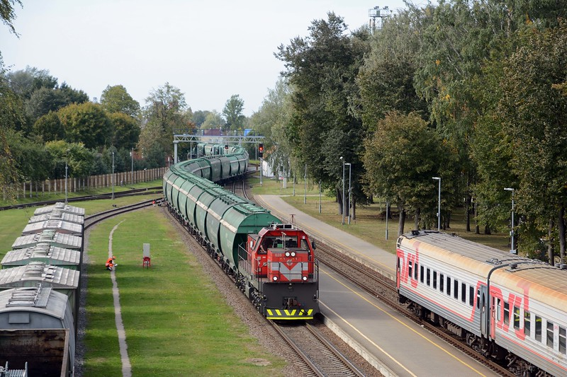 426 stops in Kybartai for 45 minutes. In the meantime a TEM TMH shunter crosses the border with more green hoppers.
