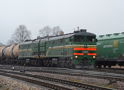 But waiting for it at Kraslava was 2TE10MK 3352 on loaded oil. It was sleeting.