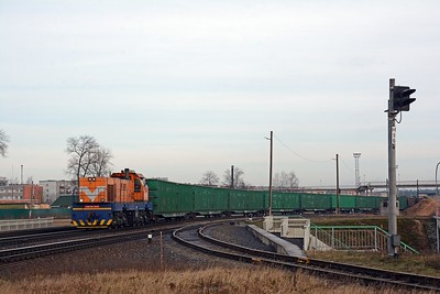 In the opposite direction another CME3M is bringing a cut of wood pulp wagons and covered hoppers into the middle yard. I hoped it was making up a train bound for Riga or Ventspils which I might get to see later. No such luck I'm afraid.