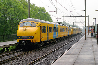2 car 847 & 4 car 530 call at Dordrecht Zuid on a southbound stopping service. All these EMU's are now withdrawn. 10th June 2004.