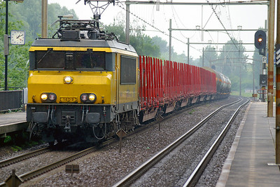 1609 tops the short rise into Dordrecht Zuid with a southbound mixed freight. 10th June 2004.