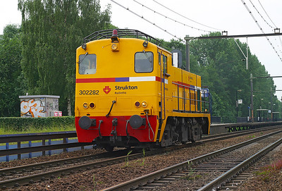 Strukton Railinfra refurbished Ex NS Class 2200, 302282 runs light engine northbound through Dordrecht Zuid. 10th June 2004.