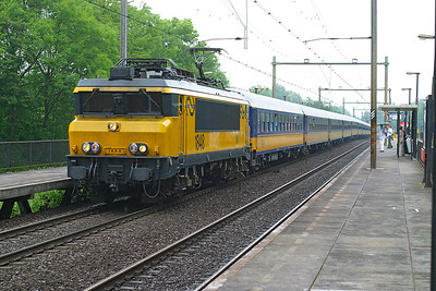 1848 runs through Dordrecht Zuid with a southbound Intercity service. 10th June 2004.
