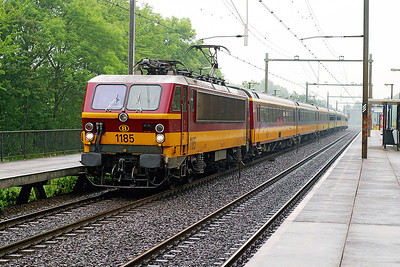 1185 heads through the rain at Dordrecht Zuid with an Amsterdam CS to Brussels Midi service. 10th June 2004.