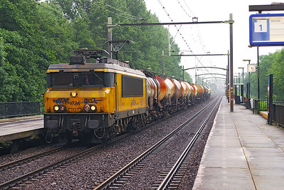 1620 heads a varied tank train through Dordrecht Zuid northbound. 10th June 2004.