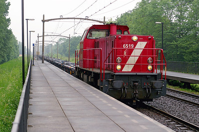 MaK 6519 heads a lightly loaded container train northbound through Dordrecht Zuid. 10th June 2004.