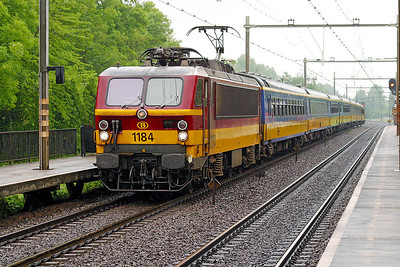 1184 passes Dordrecht Zuid on an afternoon Amsterdam CS to Brussels MIdi service. 10th June 2004.