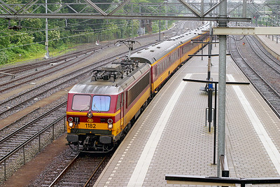 1182 arrives at Dordrecht with an Amsterdam CS to Brussels Midi service. 10th June 2004.
