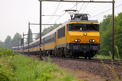 1842 sweeps round the curve at Dordrecht Zuid on an Intercity service from Amsterdam CS. 10th June 2004.