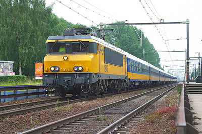 1842 heads a northbound Intercity working to Amsterdam CS nonstop through Dordrecht Zuid. 10th June 2004.
