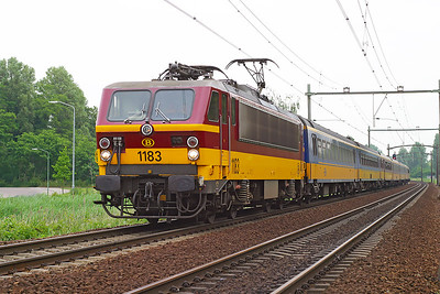 1183 heads a Amsterdam CS to Brussels Midi service south through Dordrecht Zuid.