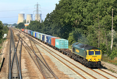 66570 passes Didcot East Junction with 4O54 06.15 Leeds to Southampton Freighliner. 02/09/2011