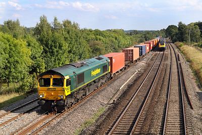 With a wave from the driver, 66572 heads the 4M68 14.55 Southampton to Birch Coppice Freightliner past Lower Basildon. 02/09/2011