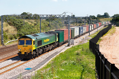66565 passes Heanies Farm on the new alignment 4M81 08.01 Felixstowe North FLT to Crewe Basford Hall Freightliner service. Tuesday 19th July 2016.