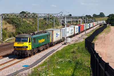 90046 passes Heamies Farm with 4M63 09.12 Felixstowe North FLT to Ditton Freightliner service. Tuesday 19th July 2016.