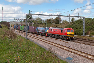 90019 'Multimodal' & 90024 pass Heamies Farm with 4M25 06.07 Mossend Euroterminal to Daventry IRFT Malcolm container service. Thursday 8th September 2016.