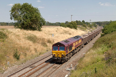 66175 passes Steppingstone Lane, Bourton with 6C48 13.30 Appleford Sidings to Westbury empty boxes. Wednesday 30th July 2014.