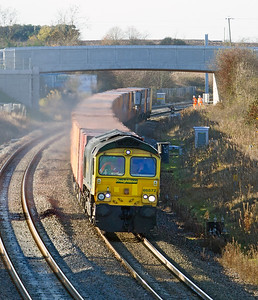 A patched up 66572 passes Shrivenham with 4L32 10.58 Bristol FLT to Tilbury RCT. Friday 25th November 2016.