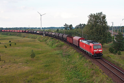 185 073 comes round the chord to join the Berlin Outer Ring at Genshagener Heide with a mixed freight. 24th September 2008.