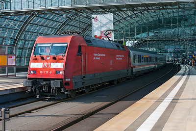 101 137 has charge of Intercity service 2245 to Bad Benthiam at Berlin Hauptbahnhof. 24th September 2008.