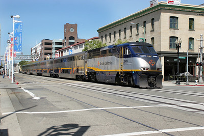 Amtrak California 2009 (F59PHI) runs through Jack Londaon Square, Oakland heading for the station. 26/04/2007.