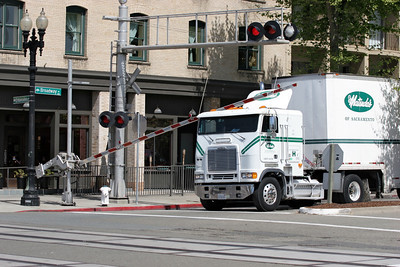 Oops, to close to the crossing then driver! Jack London Square, Oakland, 26/04/2007.