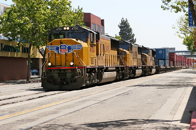 UP 4700, UP 4295 & UP 4930 (all SD70M's) bring a doublestack train from the east through Jack London Square on the last leg of its journey. 26/04/2007.