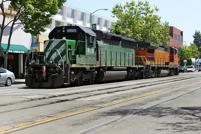 BNSF 532 (B40-8W) & FURX (SD40) run light engine through Jack London Square heading for Warm Springs Yard. 26/04/2007.