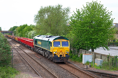66560 passes Worle Parkway heading 6Y72 14.00 Castle Cary to Westbury Up Yard via Bristol engineers service running 215 minutes early. Note that the loco has Powerhaul script on the front instead of the more normal green backed style. Sunday 15th May 2016.