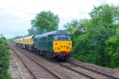 In the gathering gloom, DCR's 31452 passes Worle Parkway with new Rail Grinders DR79401, 79402 & 79403 running as 4Z02 12.34 Derby RTC to Okehampton. Friday 5th May 2017.