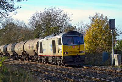 60099 heads nothbound at Gossington, Gloucestershire with 6E41 11.41 Westerleigh to Lindsey empty tanks. 17/11/2011.
