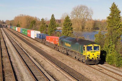 66538 passes Hinksey Yard, Oxford with 4O54 04.59 Leeds Freightliner Terminal to Southampton Maritime Freightliner. Thursday 29th November 2012.