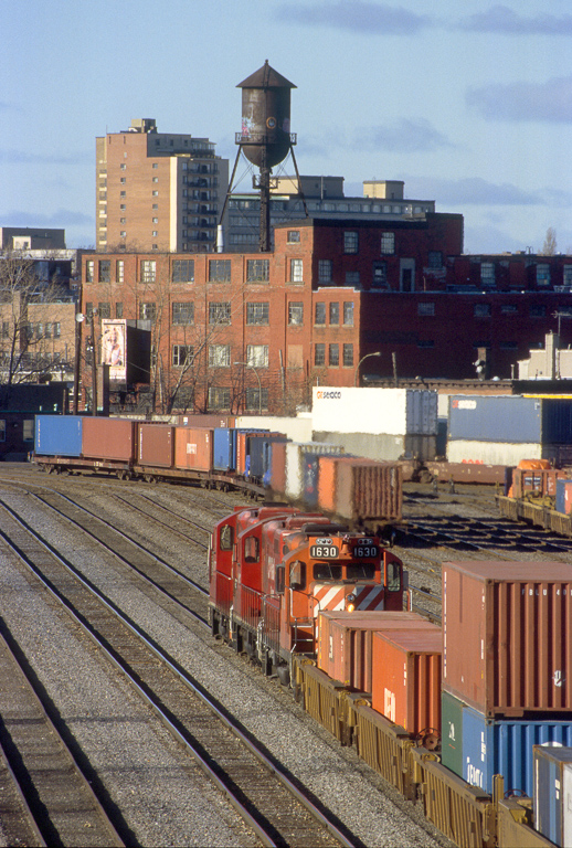 Intermodal transfer arrived from the port in CP's Hochelaga Yard.