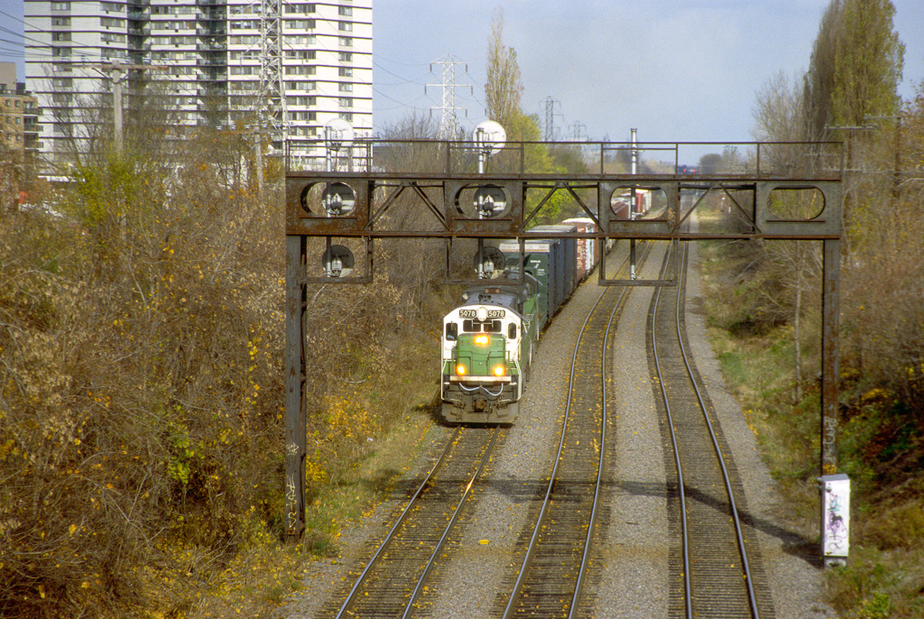 MMA 5078 leaving CP's Triage St. Luc southbound.
