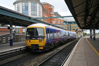 A workhorse of the Thames Valley suburban services, 165125 rolls into a bay platform at Reading on a service from Basingstoke. 16/9/10