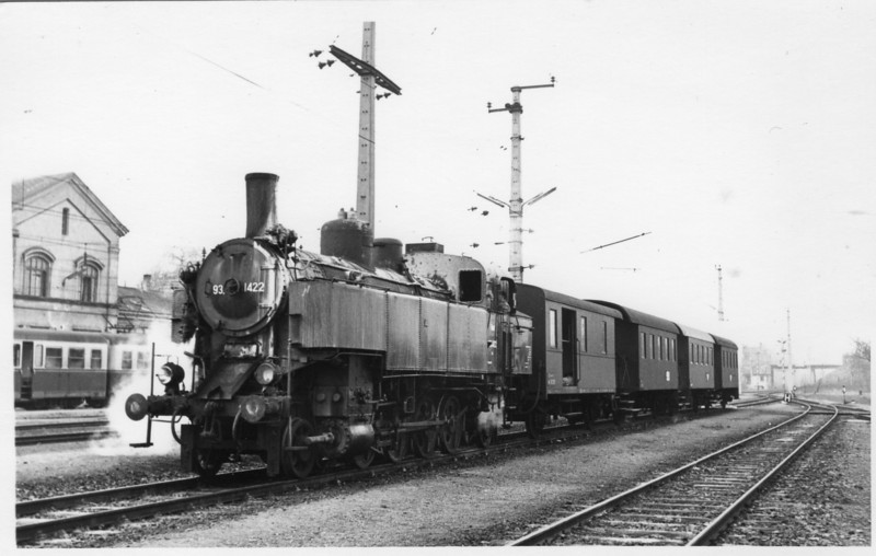 This is Ganserndorf - the end of a 23-mile electrified line from Wein. My first Austrian steam in the form of 1927 built 93.1422 at the head of the 08 00 departure for Mistelbach on 21/02/68.