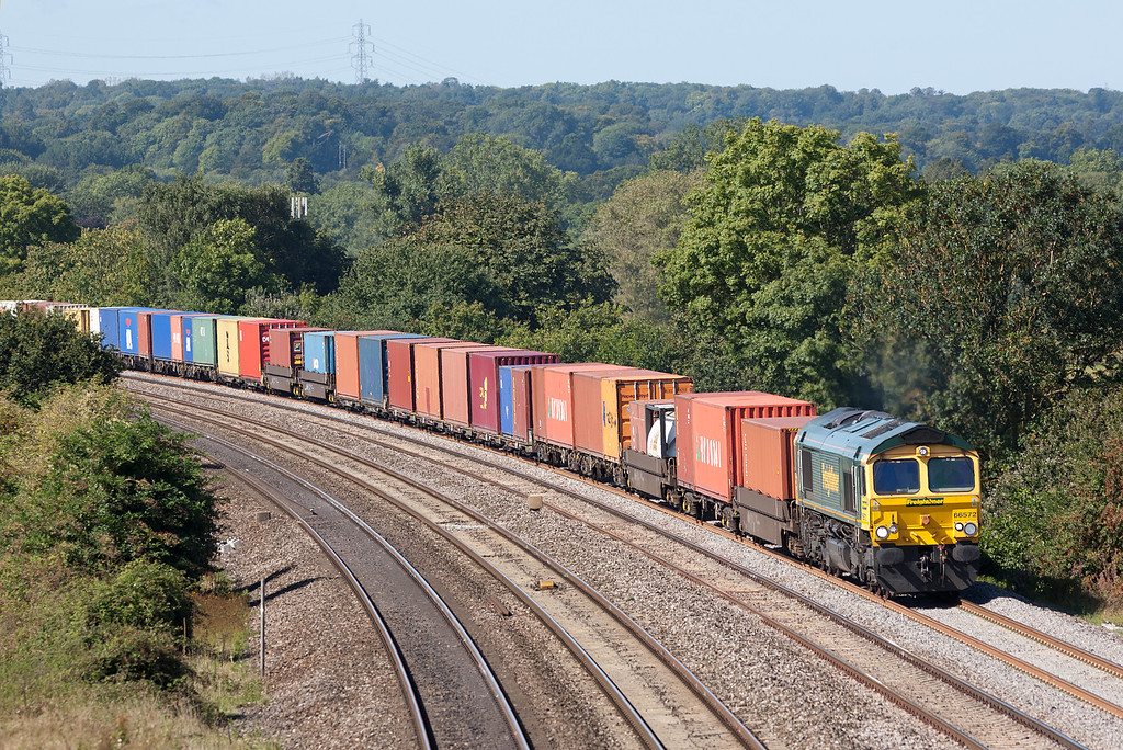 66572 approaches Westbury Lane, Pangbourne with the 4O51 09.58 Wentloog-Southampton Freightliner service.13.9.12