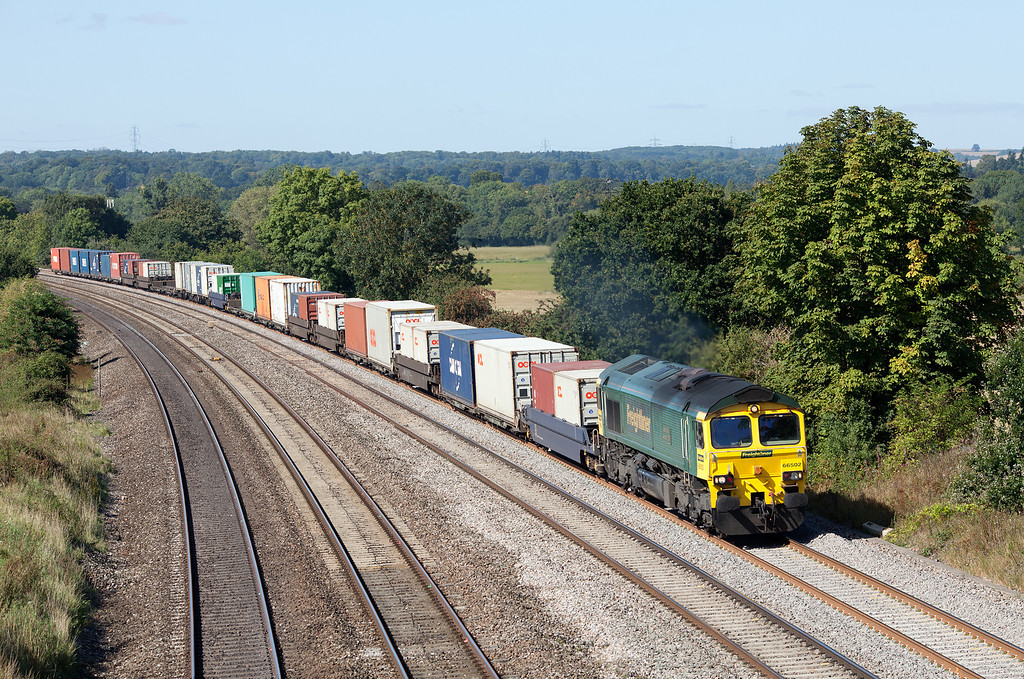 66502 approaches Westbury lane, Pangbourne with the 09.23 Crewe Bashford Hall-Southampton Freightliner service.