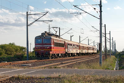 45 173 approaches the level crossing at Tserkovski with train 3623 13.05 Sophia to Burgas. Tuesday 5th July 2016.