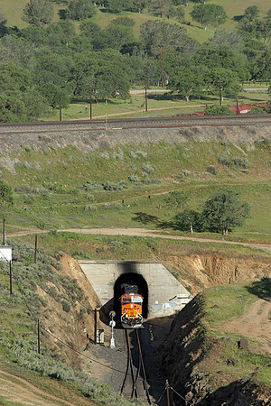 BNSF 7618 (ES44DC) is the lead locomotive on an uphill coil train emerging from Tunnel 9 and about to enter Walong siding. 28/04/2007.