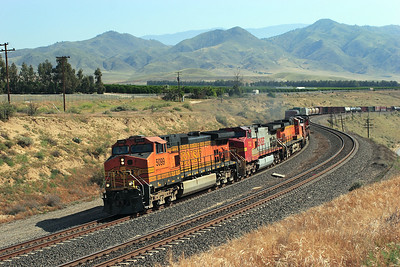 BNSF 5099, BNSF 732, BNSF 5044, BNSF 631 & BNSF 1051 (all C44-9W's) power round the curve at Sandcut with a westbound manifest. 28/04/2007.