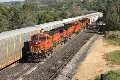 BNSF 4361, BNSF 4624, BNSF 4124 & BNSF 5345 (all C44-9W-s) are on the main at Woodford passing the autorack train with a northbound/westbound manifest train. The train has just negotiated the Tehachapi Loop a level of which can be seen in the background towards the top of the picture. 28/04/2007.