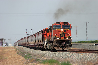 BNSF 1021, BNSF 4046 & BNSF 4881 (all C44-9W's) head the empty eastbound grain train along the straight from Edison toward Sandcut. 28/04/2007.