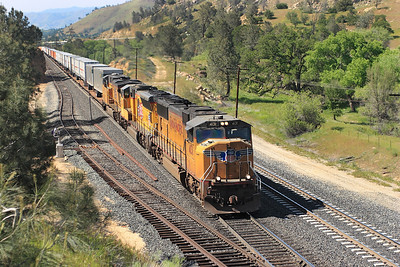 UP 4131 (SD70M), UP 5097 (SD70M) & UP 5285 (C45ACCTE) hold the main at Woodford as the climb towards the loop with a southbound intermodal. 28/04/2007.