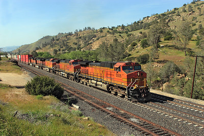 BNSF 5506, BNSF 4977, BNSF 4912, BNSF 1049 & BNSF 5108 (all C44-9W's) pass Woodford with an eastbound double stack train. This train had suffered theft from containers earlier after setting off the detector between Bena and Ilmon. 28/04/2007.