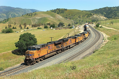 UP5372, UP5832 & UP 5404 (all C45ACCTE) with their 130 wagon manifest train enter the siding at Bealville. 27/04.2007.
