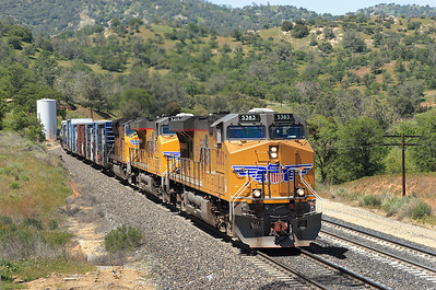 P 5383 (C45ACCTE), UP 5413(C45ACCTE) & UP 3836 (SD70M) hold the main at Woodford as they climb towards Tehachapi Loop. Friday 27th April 2007.