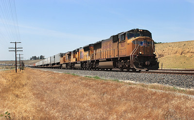 UP 4131 (SD70M), UP 5097 (SD70M) & UP 5285 (C45ACCTE) wait at Bena with a southbound intermodal for the single line ahead to become clear before proceeding to Caliente. 28/04/2007.