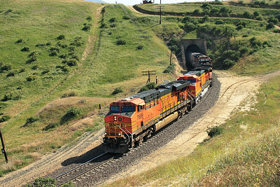 BNSF 7689 (ES44DC), BNSF 4454, BNSF 4454, BNSF 1021 & BNSF 1108 (all C44-9W) emerge from Tunnel 2 with a northbound manifest train. 27th April 2007.